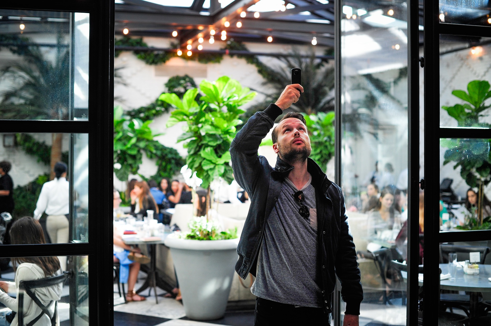 Mann macht ein Foto mit dem Smartphone
